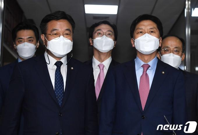윤호중 더불어민주당 원내대표와 김기현 국민의힘 원내대표 2021.5.13/뉴스1 © News1 이동해 기자