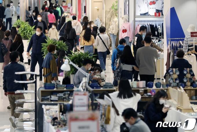 지난달 11일 서울의 한 복합쇼핑몰이 시민들로 북적이고 있다. 2021.4.11/뉴스1 © News1 민경석 기자