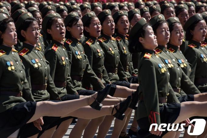 평양 김일성 광장에서 북한 여군들이 대규모 열병식을 하고 있다. © AFP=뉴스1 © News1 우동명 기자
