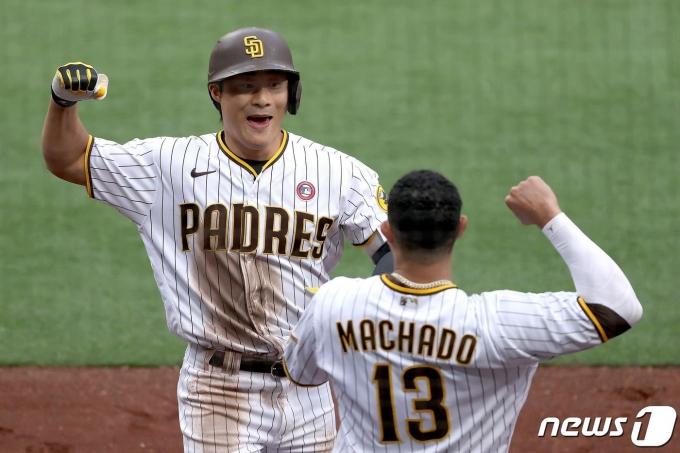 김하성이 16일(한국시간) 미국 캘리포니아주 샌디에이고 펫코파크에서 열린 세인트루이스 카디널스와의 메이저리그 경기에서 홈런을 날린 뒤 팀 동료 매니 마차도와 함께 기뻐하고 있다. © AFP=뉴스1