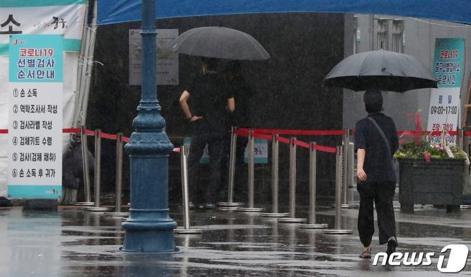 16일 오전 서울 중구 서울역광장에 마련된 코로나19 임시 선별검사소를 찾은 시민들이 진단검사를 받기 위해 줄을 서 기다리고 있다. 2021.5.16/뉴스1 © News1 민경석 기자