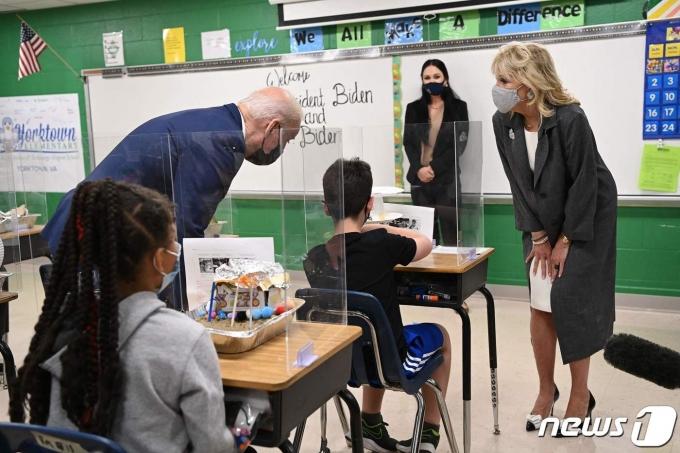 조 바이든 미국 대통령과 부인 질 바이든 여사가 3일(현지시간) 버지니아주 요크타운에 있는 요크타운 초등학교를 방문해 학생들과 얘기를 하고 있다. © AFP=뉴스1 © News1 우동명 기자