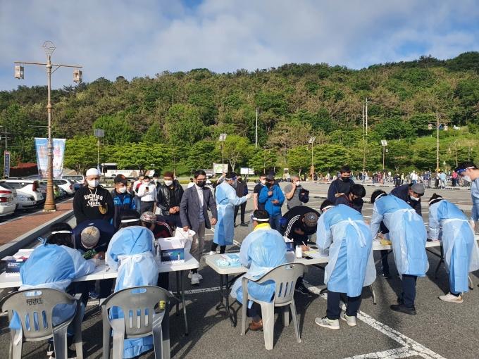 지난 13일 김해가야테마파크 주차장에 설치된 임시선별검사소/사진=김해시
