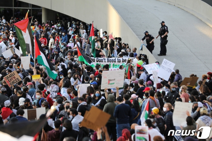 캐나다 토론토 시청 인근에서 15일 팔레스타인 지지 시위가 열리고 있다. © 로이터=뉴스1