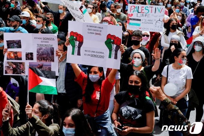 스페인 마드리드에서 팔레스타인 지지 시위가 벌어지고 있다. © 로이터=뉴스1
