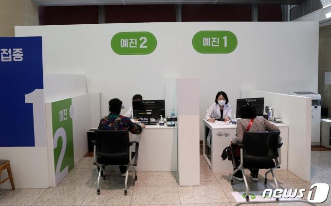 서울 용산구 신종 코로나바이러스 감염증(코로나19) 백신접종센터에서 어르신들이 예진 상담을 받고 있다./뉴스1 © News1 이승배 기자