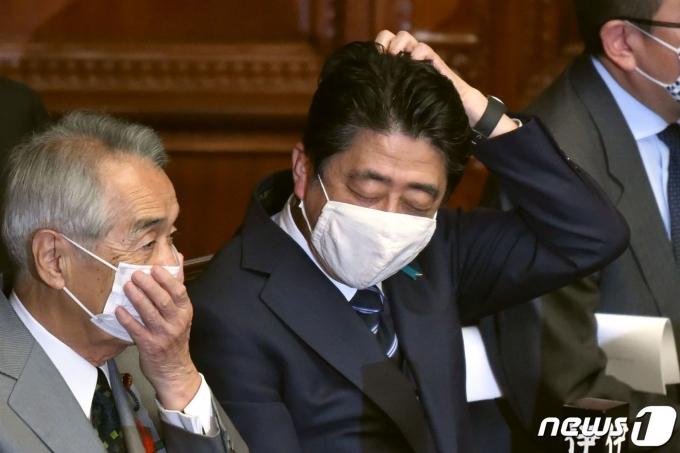 아베 신조 전 일본 총리(가운데) © AFP=뉴스1