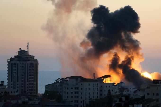 이스라엘-하마스 유혈충돌 격화되며 159명 이상 사망… 외신 입주 건물도 폭파