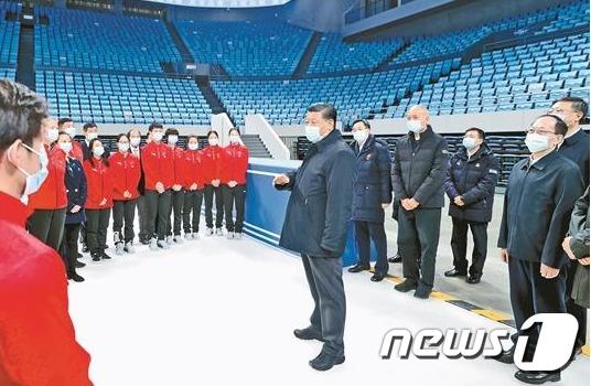 시진핑 중국 국가주석이 베이징 동계 올림픽 경기장을 방문해 관계자들을 격려하고 있다.(바이두 갈무리)© 뉴스1