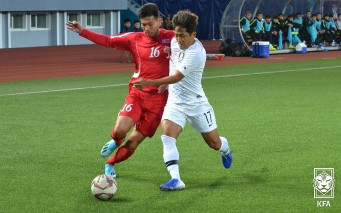 북한의 거친 플레이에 당하는 나상호(대한축구협회 제공)© 뉴스1