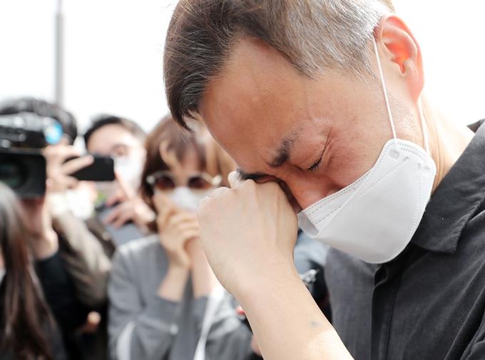 고 손정민씨(22) 친구 A씨 입장문에 대해 손씨 아버지 손현씨가 근본적인 의혹이 해소되지 않았다고 17일 밝혔다. 사진은 지난 8일 차종욱 민간구조사를 만난 후 눈물을 흘리는 손씨 아버지. /사진=뉴스1