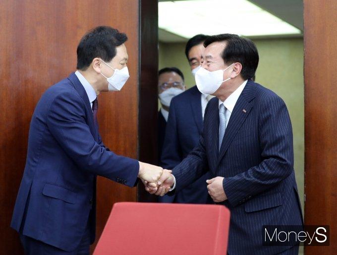 [머니S포토] 악수하는 김기현 대표 권한대행과 김기문 회장