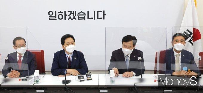 [머니S포토] 중소기업중앙회장 접견하는 김기현 대표 권한대행