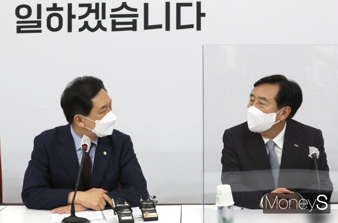[머니S포토] 김기문 회장에게 인사말하는 김기현 대표 권한대행