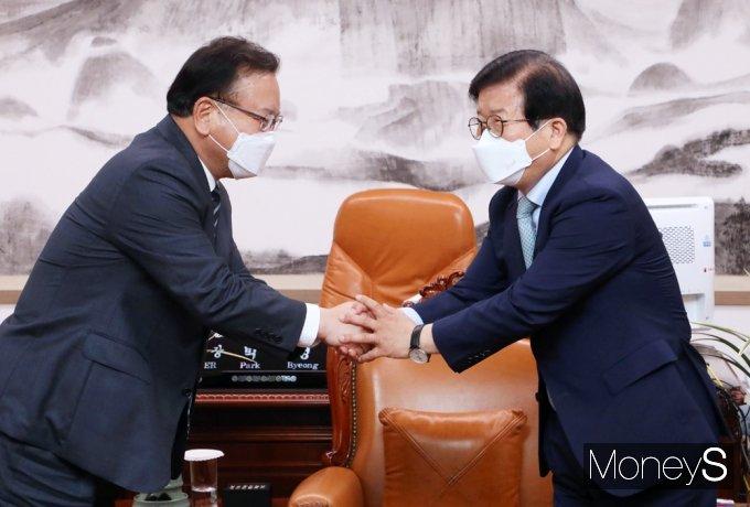 """[머니S포토] 박병석 의장 예방한 김부겸 총리 """"잘부탁드립니다"""""""