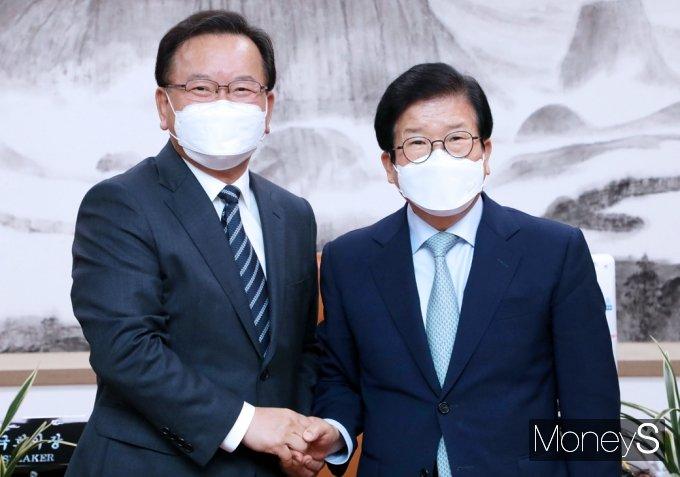 [머니S포토] 김부겸 총리 접견하는 박병석 국회의장