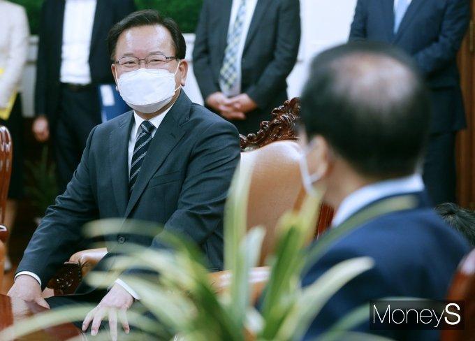 [머니S포토] 국회의장과 환담 갖는 김부겸 총리