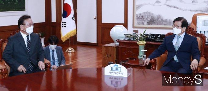 [머니S포토] 국회에서 다시 만난 김부겸 총리와 박병석 의장