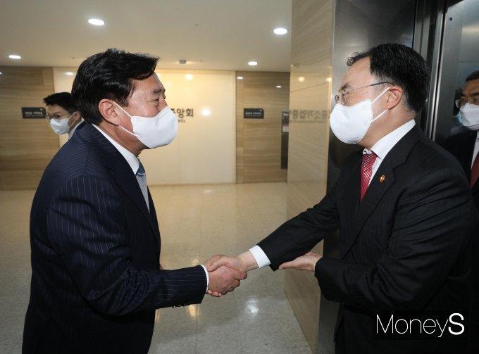 [머니S포토] 김기문  중기중앙회장 만난 문승욱 산자부 장관