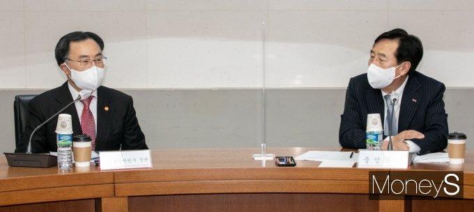 [머니S포토] 김기문 중기중앙회장과 대화하는 문승욱 산업부 장관