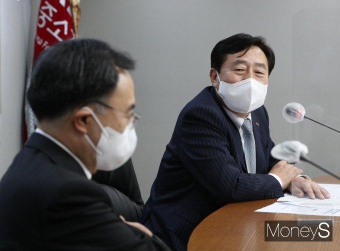 """[머니S포토] 산업부 장관 만난 김기문 회장 """"업계 애로사항 건의"""""""