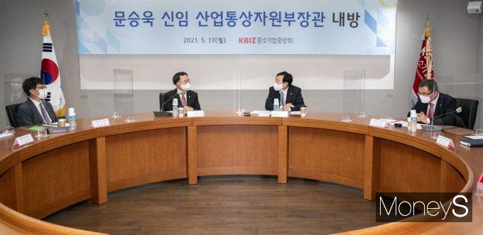 [머니S포토] 환담 나누는 문승욱 장관과 김기문 회장