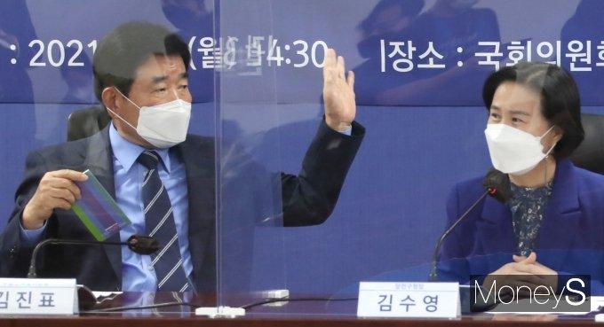 [머니S포토] 부동산특위 정책회의 참석한 김진표·김수영