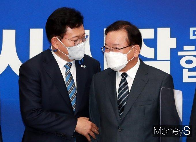 [머니S포토] 송영길 대표와 대화하는 김부겸 총리