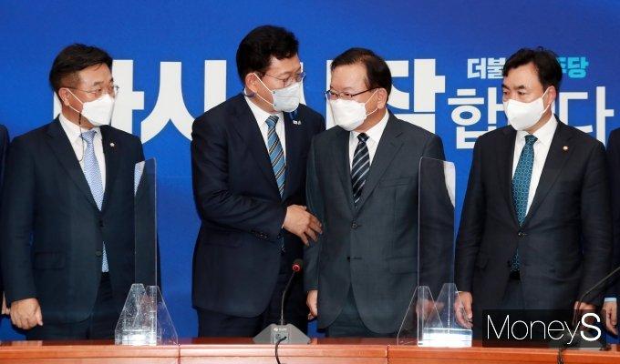 [머니S포토] 국회 찾아 송영길 대표와 대화 나누는 김부겸 총리
