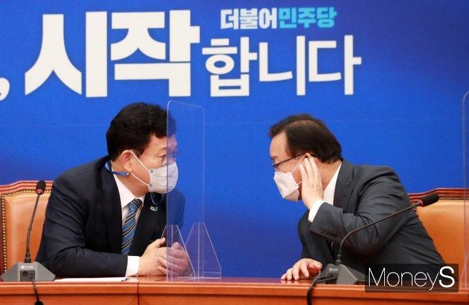 [머니S포토] 귀기울이는 김부겸 국무총리