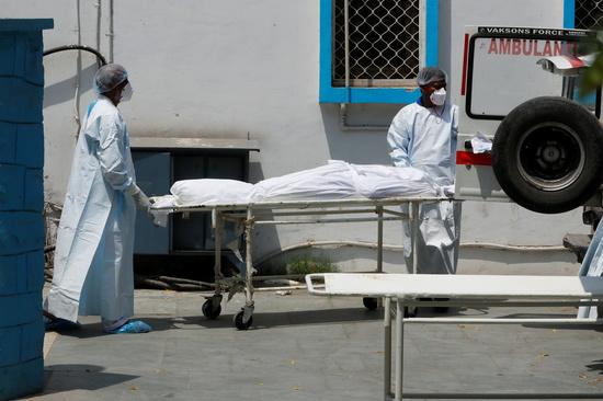 17일(현지시각) 인도의 신종 코로나바이러스 감염증(코로나19) 일일 확진자 수가 한달여 만에 20만명대로 감소해 고비를 넘었다는 분석이 나온다. 사진은 코로나19 사망자를 옮기는 모습. /사진=로이터