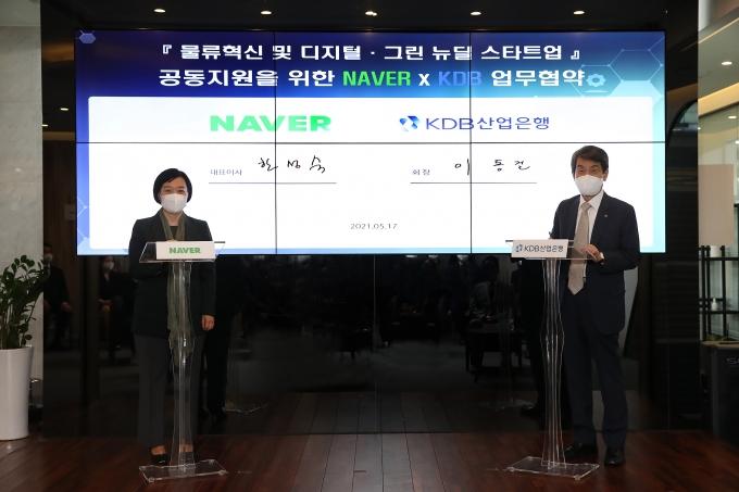이동걸(오른쪽) 산업은행 회장과 한성숙 네이버 대표가 17일 서울 브랜디 동대문 풀필먼트 센터에서 열린 업무협약식에 참석해 기념촬영을 하고 있다./사진=산업은행