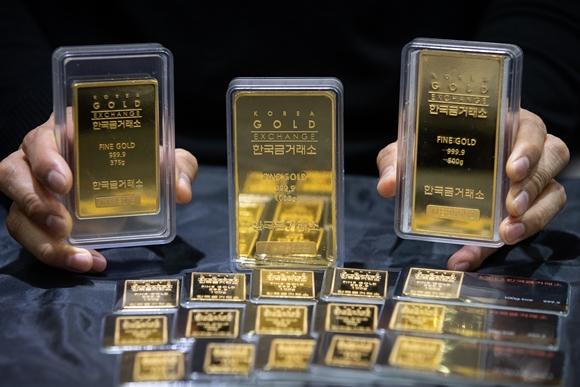 대표적 안전자산인 금 시세가 회복세다. '디지털 금'으로 주목받던 암호화폐 가격이 극심한 변동성을 보이는데다 인플레이션에 대한 우려감도 안전자산 선호 심리를 자극한 것으로 풀이된다./사진=뉴스1
