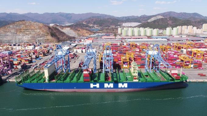 지난 3월 부산 신항에 첫 취항한 1만6000TEU급 초대형 컨테이너 1호선 누리호가 국내 화물을 싣고 있다./사진=HMM