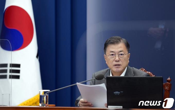 문재인 대통령이 17일 오후 청와대에서 열린 수석·보좌관회의에서 발언하고 있다. 2021.5.17/뉴스1 © News1 이광호 기자
