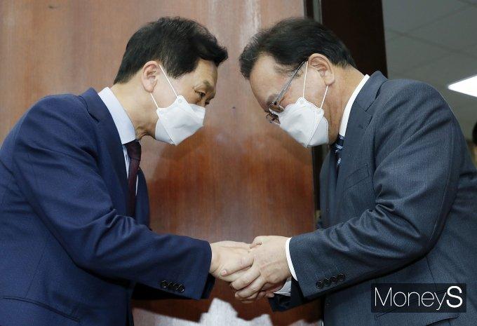 [머니S포토] 반갑게 인사하는 김부겸 총리와 김기현 권한대행