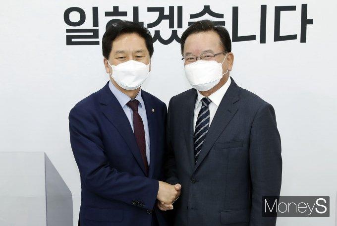 [머니S포토] 김부겸 국무총리, 김기현 국민의힘 대표 권한대행 예방