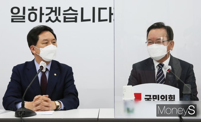 [머니S포토] 김기현 권한대행과 대화하는 김부겸 총리