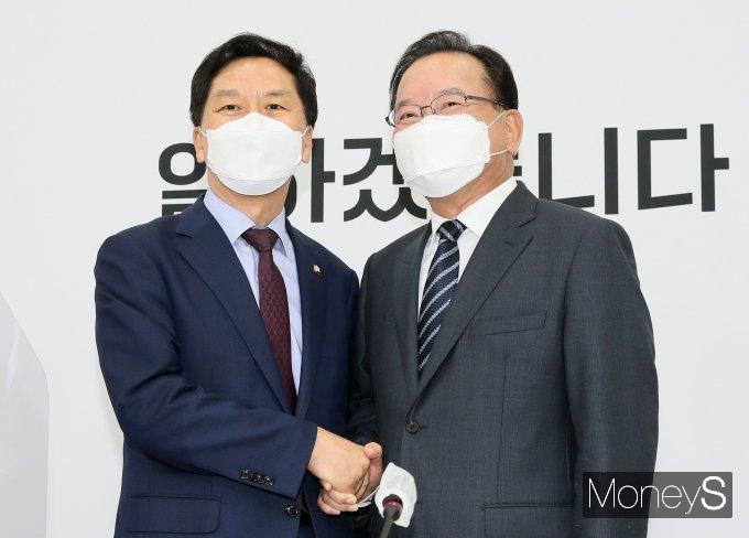 [머니S포토] 악수하는 김기현·김부겸