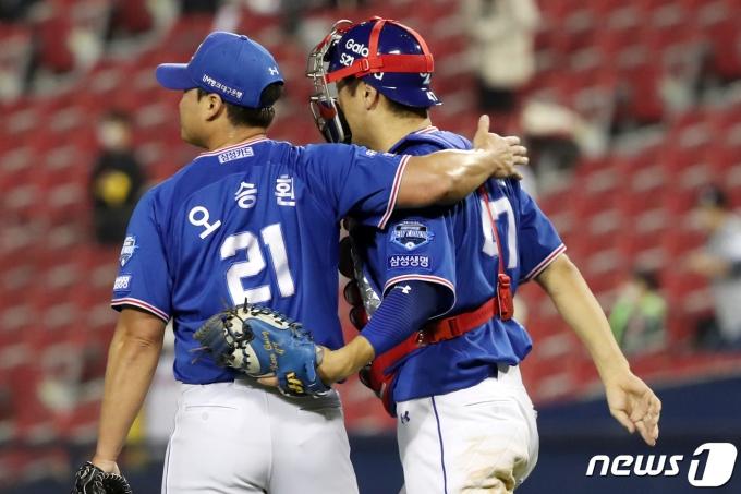 [사진] 승리의 기쁨 나누는 오승환·강민호