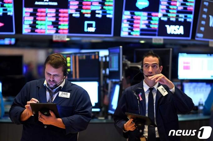 17일 뉴욕증시가 하락세로 출발했다. 사진은 뉴욕증권거래소 트레이더들의 모습. © AFP=뉴스1