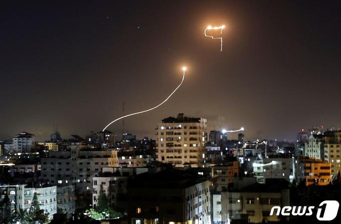17일(현지시간) 이스라엘 아이언돔 미사일이 팔레스타인 가자 지구에서 발사된 로켓을 요격하고 있다. © AFP=뉴스1 © News1 우동명 기자