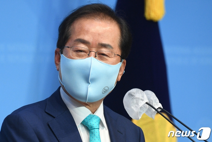홍준표 무소속 의원이 10일 오전 서울 여의도 국회 소통관에서 기자회견을 열고 국민의힘에 복당할 것을 밝히고 있다.  2021.5.10/뉴스1 © News1 이동해 기자