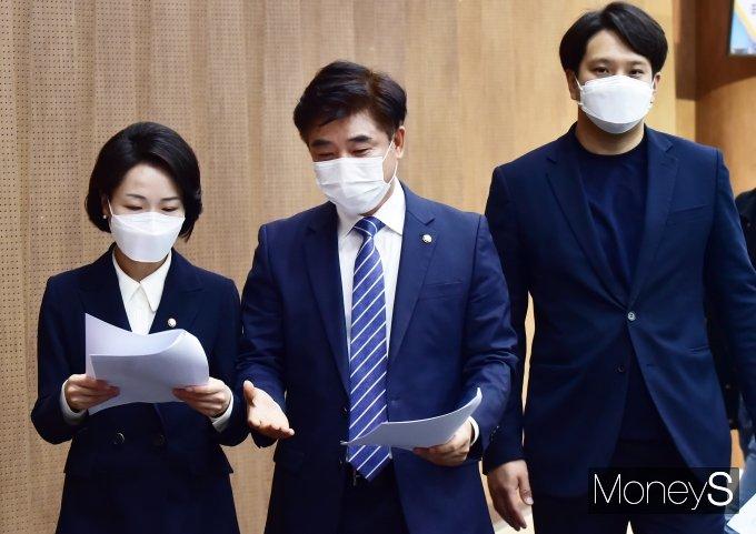 [머니S포토] '가상자산업권법' 발의, 의견 나누는 홍정민·김병욱·전용기