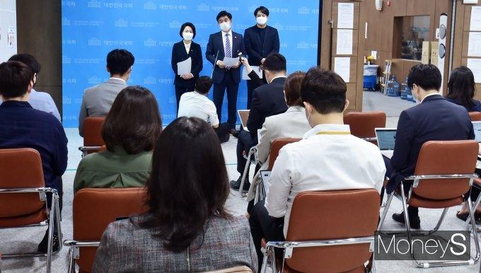 [머니S포토] 가상자산·블록체인 산업 관련 질문받는 '김병욱'
