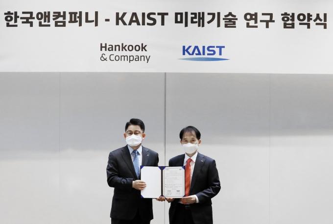 이수일 한국타이어앤테크놀로지 대표이사  사장과 이광형 KAIST  총장이 '디지털 미래혁신센터 2기 협약'을 체결하고 기념 촬영을 하고 있다./사진=한국앤컴퍼니