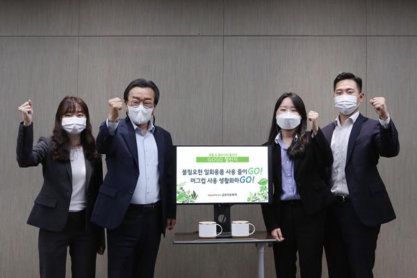 백종훈 금호석유화학 대표(왼쪽에서 두번째)가 18일 임직원들과 함께 고고챌린지에 동참하며 사진촬영을 하고 있다. /사진=금호석유화학