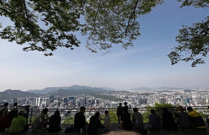 기상청에 따르면 19일은 전국적으로 맑고 더운 초여름 날씨일 전망이다. 사진은 지난 3일 서울 남산 일대. /사진=뉴스1