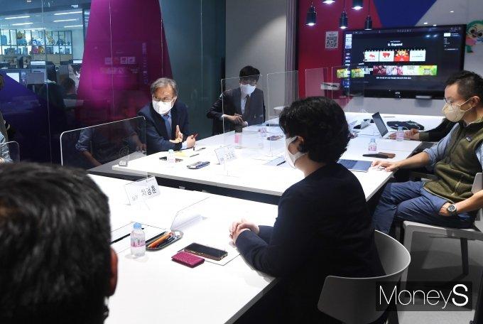[머니S포토] 취재진 질의 답하는 권칠승 중소벤처기업부 장관