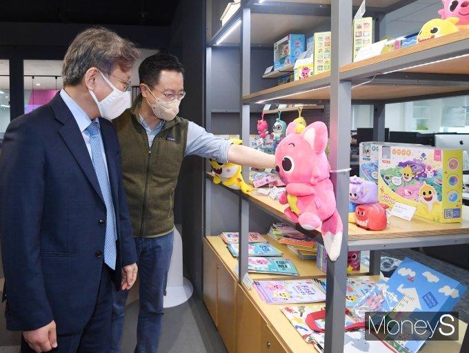 [머니S포토] 핑크퐁 캐럭터 제품 둘러보는 권칠승 장관